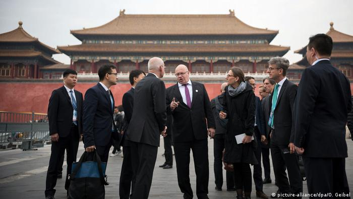 Peter Altmaier (middle) shakes hands with a Chinese delegation in Peking