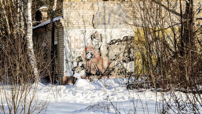 Пропагандистские рисунки советских времен в зоне отчуждения