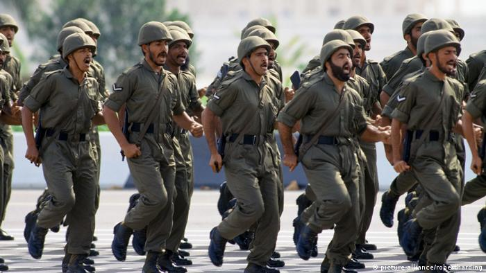 UAE troops march in a military parade in Abu Dhabi (picture-alliance/robertharding)