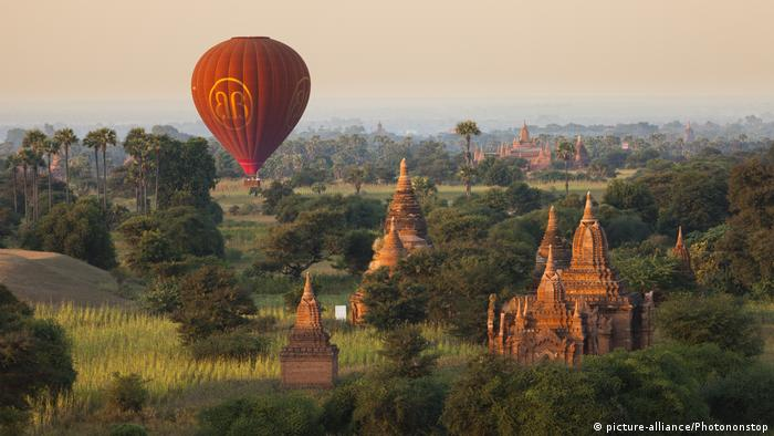 Heißluftballon schwebt über Bagan, Myanmar (picture-alliance/Photononstop)