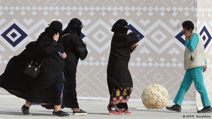 Saudi Arabien Frauen mit Burka auf der Straße