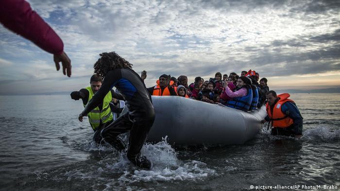 Griechenland Lesbos | Freiwillige helfen Flüchtlingen (picture-alliance/AP Photo/M. Brabo)