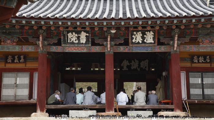 Menschenansammlung in Neo-Konfuzianischer Akademie, Korea (Council for Promotion of the Inscription of Confucian Academies on the World Heritage List/Oh Jong-eun )