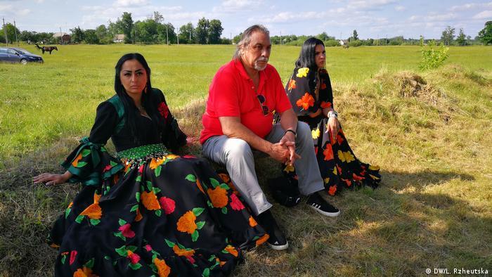 Роми з циганського театру Романс поблизу місця пам'яті загиблим євреям в Іванополі