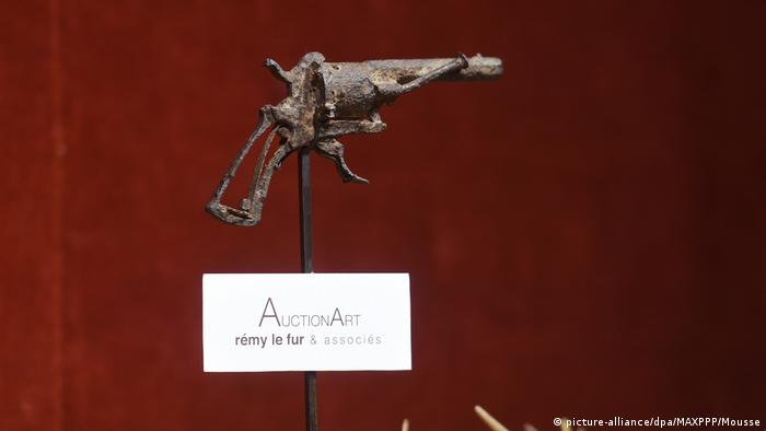 The revolver which Dutch painter Vincent Van Gogh supposedly used to kill himself (picture-alliance/dpa/MAXPPP/Mousse)