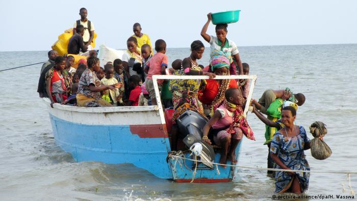 Flüchtlinge steigen aus einem überfüllten Boot im Albertsee, der die Grenze zwischen Kongo und Uganda markiert