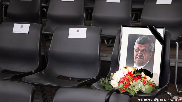 Imagem do conservador Walter Lübcke numa cadeira antes de uma cerimônia em memória ao político assassinado