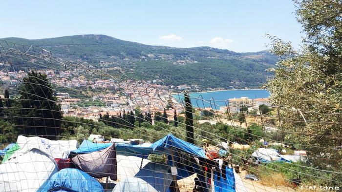 The migrant camp on Samos, with Vathy in the background (DW/F. Schmitz)