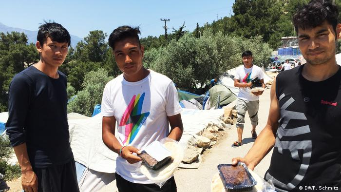 Migrants on Samos show the daily rations