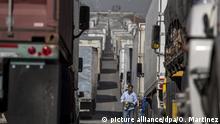 11.04.2019, Mexiko, Otay: Lastwagenfahrer stehen im Stau am Grenzübergang Otay zwischen Mexiko und den USA. Die mexikanische Regierung hat vor wirtschaftlichen Schäden wegen Verzögerungen im Grenzverkehr gewarnt. Wegen der steigenden Anzahl mittelamerikanischer Migranten hatte die US-Regierung in der vergangenen Woche 750 Grenzschutzbeamte von ihren Posten an den Grenzübergängen abgezogen und mit neuen Aufgaben betraut. Diese fehlen nun bei der Abfertigung der Fahrzeuge, was zu den Verzögerungen führt. «Es ist eine sehr schlechte Idee, den Waren- und Personenverkehr an der Grenze zu bremsen», schrieb der mexikanische Außenminister Ebrard. Foto: Omar Martinez/dpa +++ dpa-Bildfunk +++   Verwendung weltweit