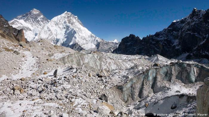 Nepal Schmelzende Gletscher am Himalaya (picture-alliance/AP Photo/J. Maurer)