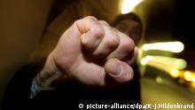 Symbolbild Faust Angriff Prügelattacke Kampf Totschlag (picture-alliance/dpa/K-J.Hildenbrand)