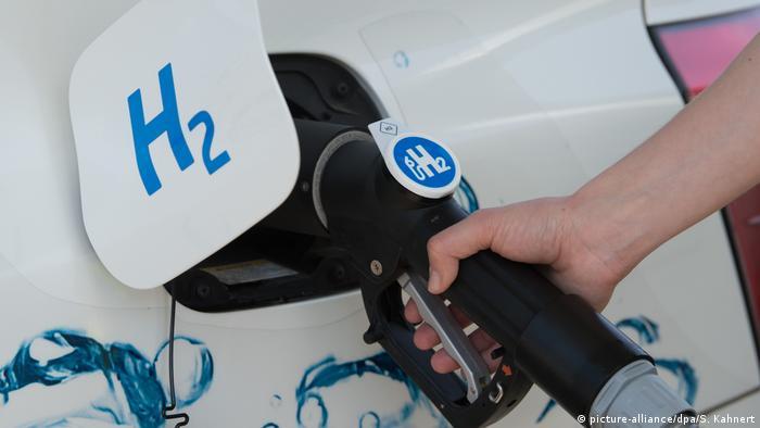 Заправка автомобиля водородом со знаком H2