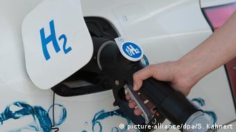Машину заправляют водородом