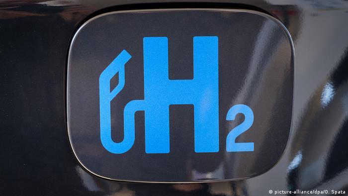 Знак Н2 на водородной автозаправке