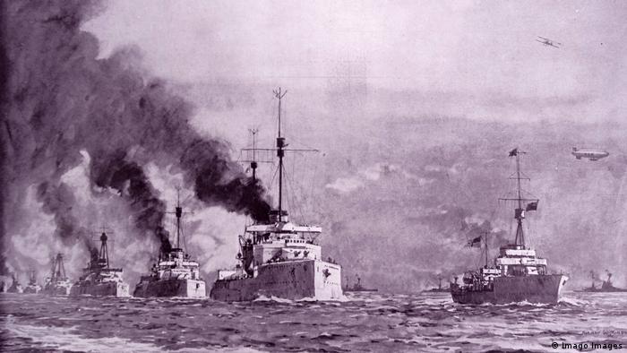 Embarcações da frota marinha do Império Alemão escoltados a caminho da baía escocesa de Scapa Flow