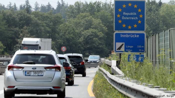 Österreich | Schilder an der Staatsgrenze zu Österreich (imago images/F. Sorge)