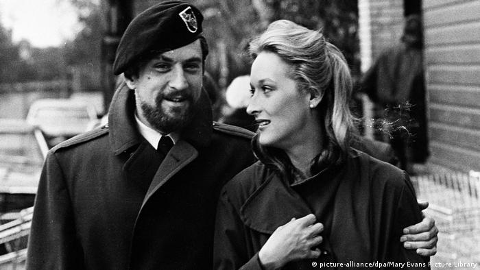 Meryl Streep mit Robert de Niro in The Deer Hunter (1978). (picture-alliance/dpa/Mary Evans Picture Library)