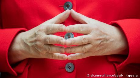 Inconfundabila piramidă pe care Angela Merkel o formează adesea cu degetele