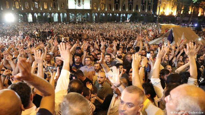Тысячи протестующих перед зданием парламента Грузии.