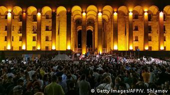 Протестующие перед зданием парламента Грузии вечером 20 июня