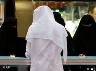 ناشطات سعوديات ينتقدن بشدة منع النساء من المشاركة في الانتخابات البلدية