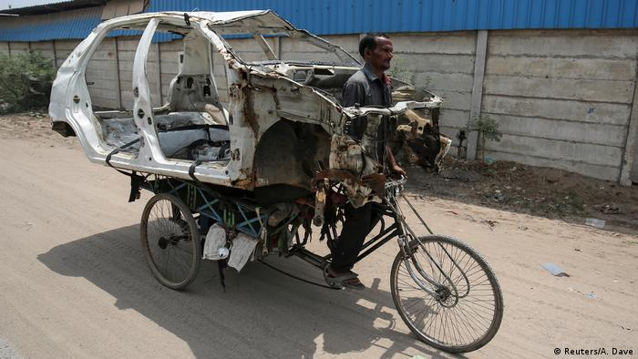 BdTD Indien Autowrack-Transport in Ahmedabad (Reuters/A. Dave)