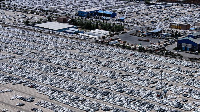 هزاران خودروی شرکت ایران خودرو به دلیل نقص فنی، کمبود قطعه یا کاهش تقاضا در پارکینگ انبار شدهاند