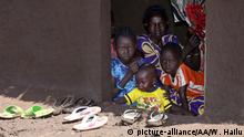 GAMBELA, ETHIOPIA - JUNE 20: South Sudanese refugee family members are seen as they try to live at Nguenyyiel refugee camp in Gambela, Ethiopia on June 20, 2017. In the refugee camp, which was opened by UNHCR (United Nations High Commissioner for Refugees), around 60,000 refugees mostly women and children take shelter. Ethiopia, currently hosts around 850,000 refugees from 20 different countries mostly Sudanese, Somalis, Eritreans and South Sudanese. Minasse Wondimu Hailu / Anadolu Agency   Keine Weitergabe an Wiederverkäufer.