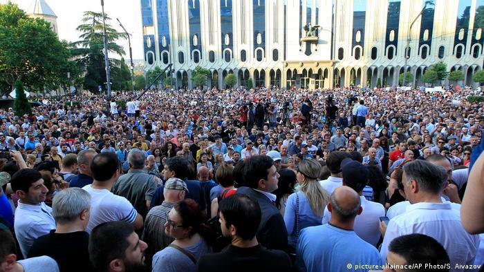 Поки мітинг проходить мирно