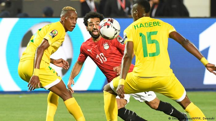 Mo Salah takes on Teenage Hadebe during Egypt's 1-0 win against Zimbabwe in Cairo. (Getty Images/AFP/K. Desouki)