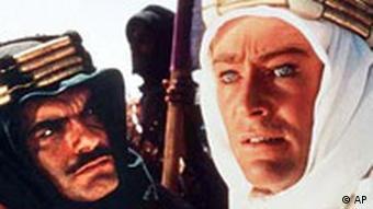 Hauptdarsteller Peter O'Toole, rechts, als T.E. Lawrence und Nebendarsteller Omar Sharif als Scheich Sherif Ali in dem Film Lawrence of Arabien auf einem Szenenfoto von 1962. Sharif kann am 10. April 2002 seinen 70. Geburtstag feiern. Der Schauspieler ist vor allem durch seine Rollen in Filmen wie Lawrence von Arabien und Doktor Schiwago von 1966 bekannt geworden. (AP Photo/HO)