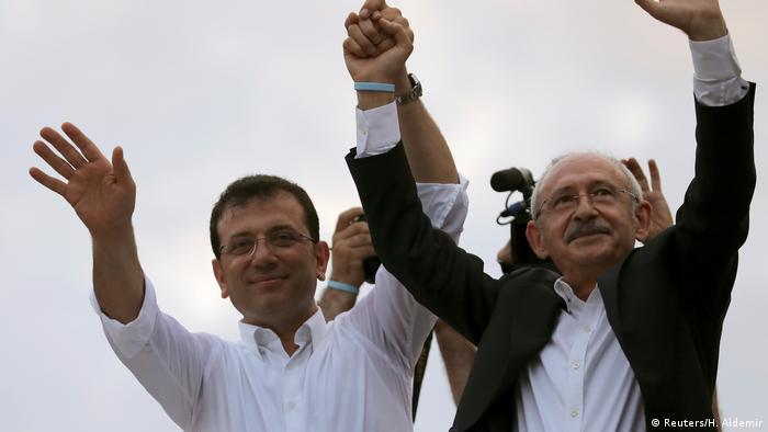 Turkish CHP opposition leader Kemal Kilicdaroglu (r) and Istanbul Mayor Ekrem Imamoglu, also CHP, greet supporters