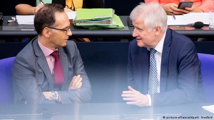Außenminister Heiko Maas und Innenminister Horst Seehofer im Deutschen Bundestag Maas (Foto: picture-alliance/dpa/K. Nietfeld)