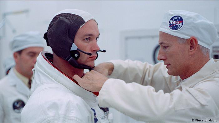 Filmstill aus Apollo 11: Techniker kleiden einen Astronauten ein - Die wahre Geschichte der ersten Mondlandung