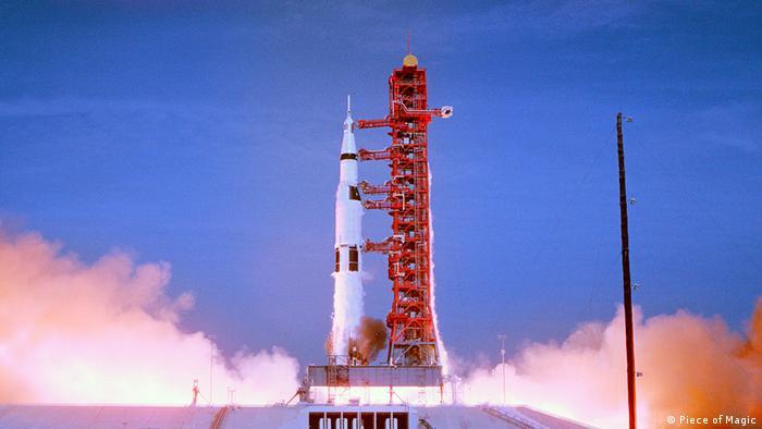 Filmstill aus Apollo 11: Die Trägerrakete mit der Apollo-11-Kapsel hebt ab