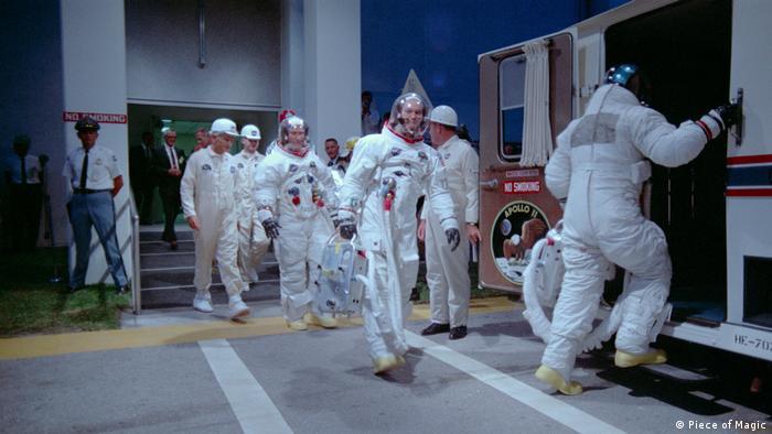 Filmstill aus Apollo 11 - Die wahre Geschichte der ersten Mondlandung: Die Astronauten betreten nach der Rückkehr einen Wagen