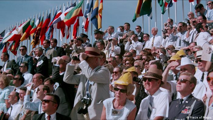 Filmstill aus Apollo 11 - Die wahre Geschichte der ersten Mondlandung: Zuschauer beobachten das Geschehen aus der Ferne