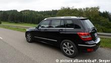 ARCHIV - 15.09.2014, Baden-Württemberg, Immendingen: Ein Mercedes GLK 220 CDI fährt bei Immendingen. In der Dieselaffäre gibt es bei Daimler einen neuen Verdacht auf Manipulation von Software für die Abgasreinigung. Es geht dem Zeitungsbericht zufolge um rund 60.000 Fahrzeuge des Modells Mercedes-Benz GLK 220 CDI mit der Abgasnorm 5, die zwischen 2012 und 2015 produziert wurden. Foto: Patrick Seeger/dpa +++ dpa-Bildfunk +++ | Verwendung weltweit