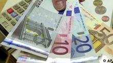 Euro-Scheine und Münzen mit Taschenrechner
