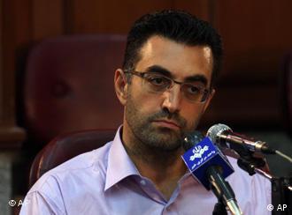 مازیار بهاری. عکس در نشست خبریای گرفته شده که پس از جلسه محاکمه در روز ۱۰ مرداد برپا کردند.