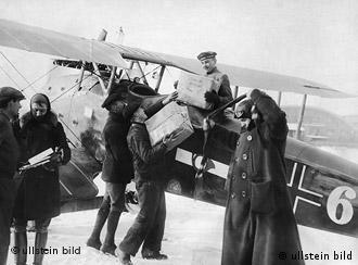 Piloto recebe pacote para transporte em 1919