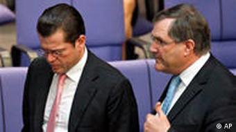 گوتنبرگ وزیر دفاع کنونی (چپ) در کنار یونگ