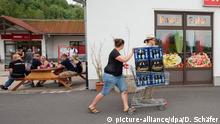 Deutschland Bürger kaufen Rechts-Rock-Fans in Ostritz das Bier weg