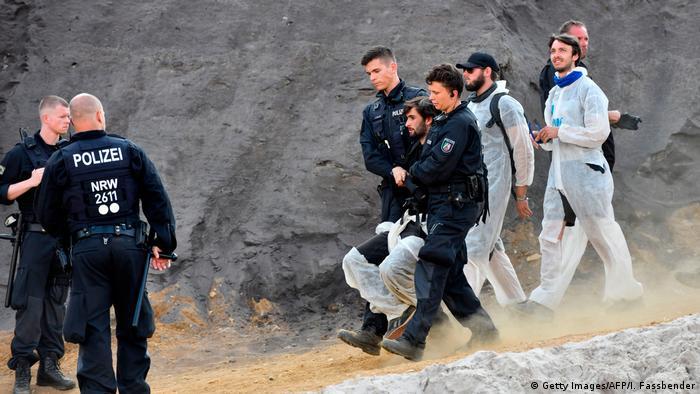 Policija odvodi prosvjednike sa ugljenokopa