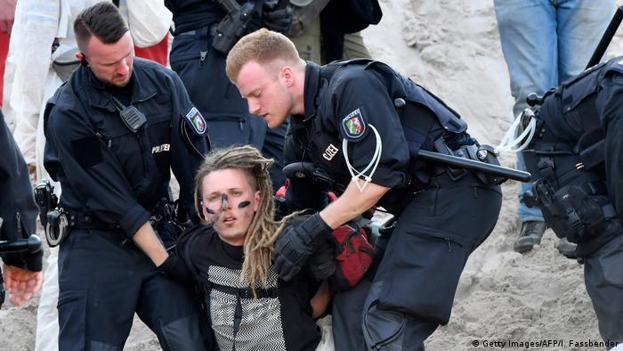 Policija privodi prosvjednika sa prostora ugljenokopa Garzweiler
