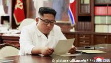 Nordkorea Kim Jong Un liest Trumps Brief