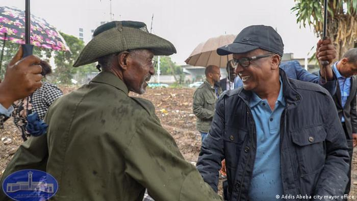 An army official shakes hands with Seare Mekonnen (Addis Abeba city mayor office)
