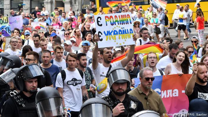 Натовп людей під час ЛГБТІ-прайду в Києві в 2019 році