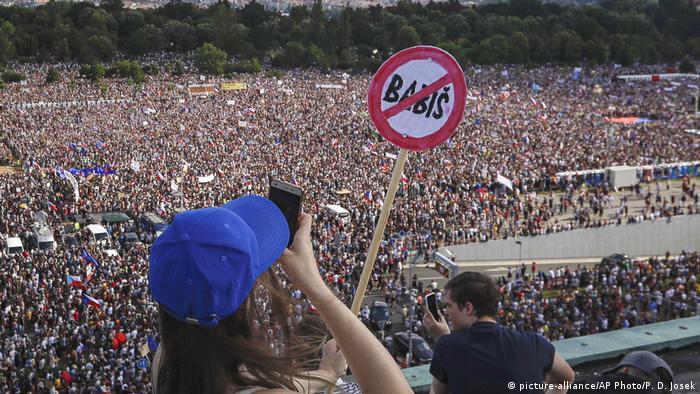 Tschechien Protestkundgebung fordert Rücktritt des tschechischen Premierministers Andrej Babis in Prag (picture-alliance/AP Photo/P. D. Josek)